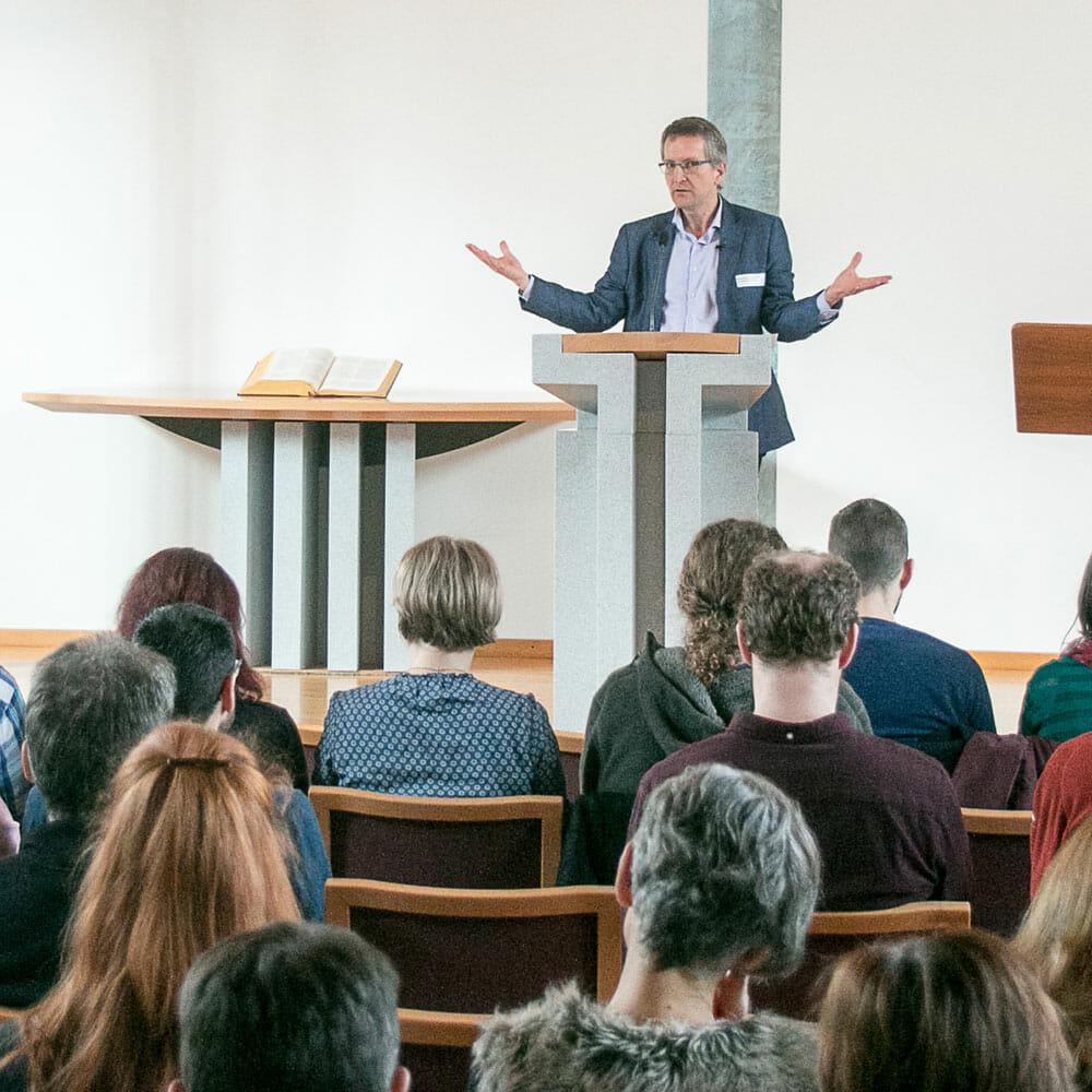 """""""Das Individuum lebt nicht nur aus dem eigenen Selbst, sondern empfängt auch von anderen."""" Pfr. Dr. theol. Paul Kleiner, ehemaliger Rektor TDS Aarau über die Bedeutung von Selbstbestimmung aus christlicher Sicht an der Fachtagung christliche Soziale Arbeit in Aarau."""