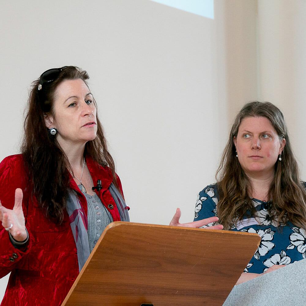 Prof. Dr. phil. Nina Wyssen-Kaufmann, Dozentin Berner Fachhochschule (links) und Nathalie Fülbeck, lic. phil. I, Dozentin TDS Aarau, Sozialarbeiterin in der Opferhilfe (rechts) referieren über die Selbstbestimmung in der Sozialen Arbeit.
